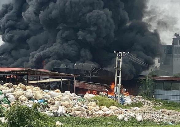 Xưởng phế liệu rộng hàng ngàn m² tại Hải Phòng bị lửa thiêu rụi - Ảnh 1.