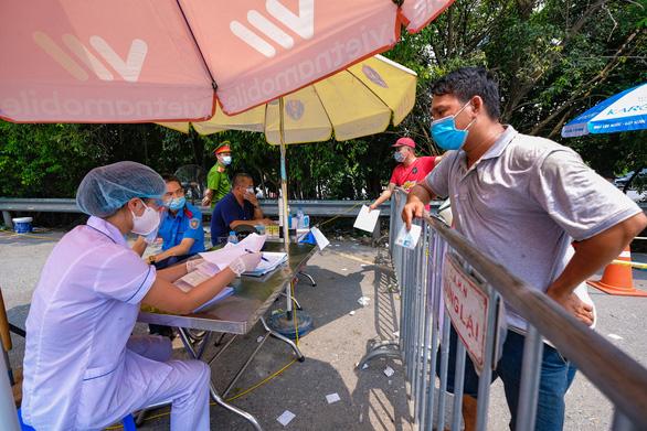 Hà Nội yêu cầu người dân quét mã QR khi qua chốt kiểm dịch COVID-19 - Ảnh 1.