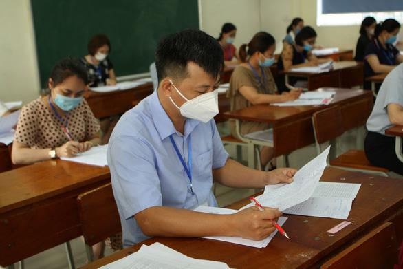 Kết quả thi tốt nghiệp THPT: Nhiều điểm 10 môn tiếng Anh, giáo dục công dân - Ảnh 1.