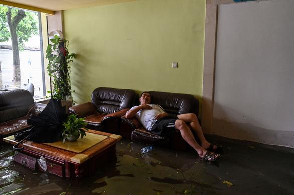 Bão In-Fa ập vào Trung Quốc: Cây bật gốc, phố xá ngập nước, dự báo đổ bộ lần 2 - Ảnh 5.