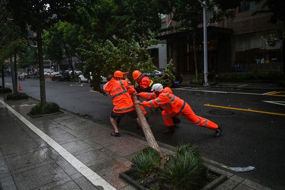 Bão In-Fa ập vào Trung Quốc: Cây bật gốc, phố xá ngập nước, dự báo đổ bộ lần 2 - Ảnh 4.