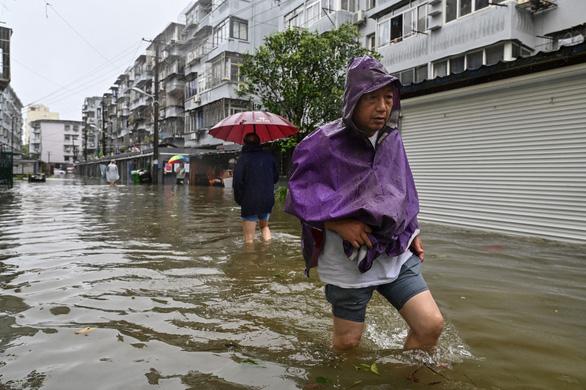 Bão In-Fa ập vào Trung Quốc: Cây bật gốc, phố xá ngập nước, dự báo đổ bộ lần 2 - Ảnh 3.