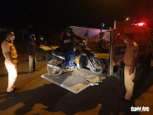 CSGT Đà Nẵng dẫn đường, tiếp tế thức ăn cho đoàn xe máy từ TP.HCM về quê Huế, Quảng Trị... - Ảnh 3.