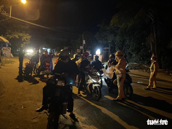 CSGT Đà Nẵng dẫn đường, tiếp tế thức ăn cho đoàn xe máy từ TP.HCM về quê Huế, Quảng Trị... - Ảnh 2.