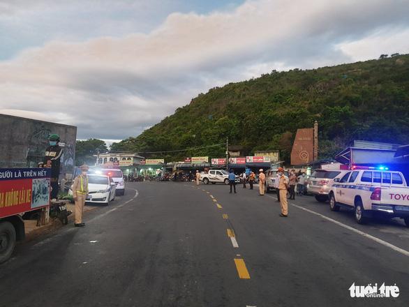 CSGT Đà Nẵng dẫn đường, tiếp tế thức ăn cho đoàn xe máy từ TP.HCM về quê Huế, Quảng Trị... - Ảnh 4.