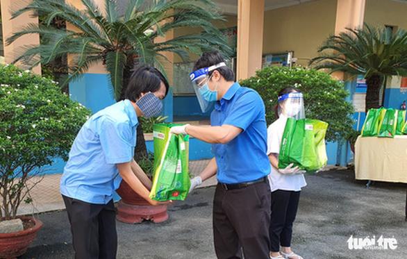 Giỏ quà nghĩa tình gửi đến người dân khu phong tỏa huyện Cần Giờ - Ảnh 6.