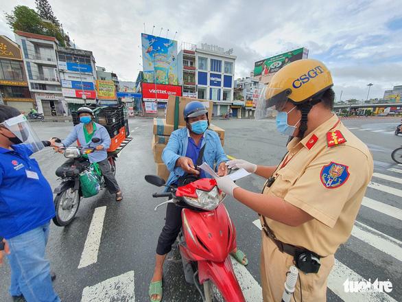 TP.HCM: Nhiều người bị buộc quay đầu khi ra đường không cần thiết - Ảnh 4.