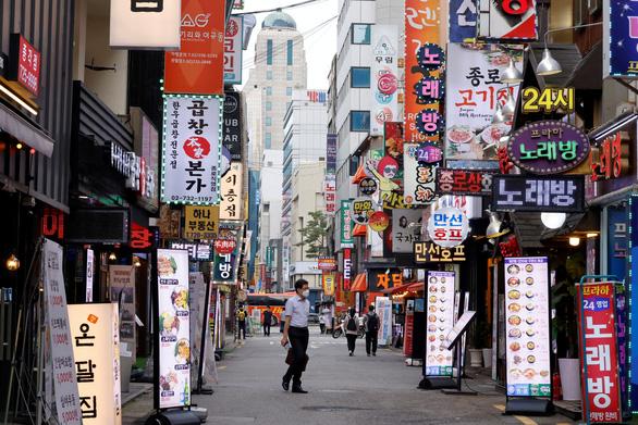 Hàn Quốc siết giãn cách, cảnh báo dịch sẽ lan rộng trong kỳ nghỉ hè - Ảnh 1.