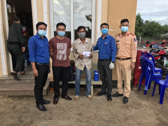 Nhiều tấm lòng vàng giúp người đàn ông đi bộ 16 ngày từ Đắk Lắk về Bình Phước - Ảnh 2.