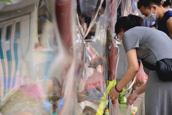 Chợ Hà Nội bắt đầu quây tấm chắn ni lông để bán hàng - Ảnh 2.