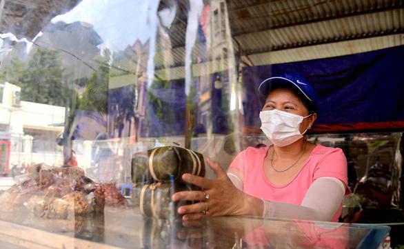 Chợ Hà Nội bắt đầu quây tấm chắn ni lông để bán hàng - Ảnh 4.