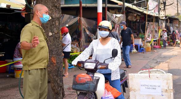 Chợ Hà Nội bắt đầu quây tấm chắn ni lông để bán hàng - Ảnh 5.