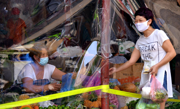 Chợ Hà Nội bắt đầu quây tấm chắn ni lông để bán hàng - Ảnh 6.