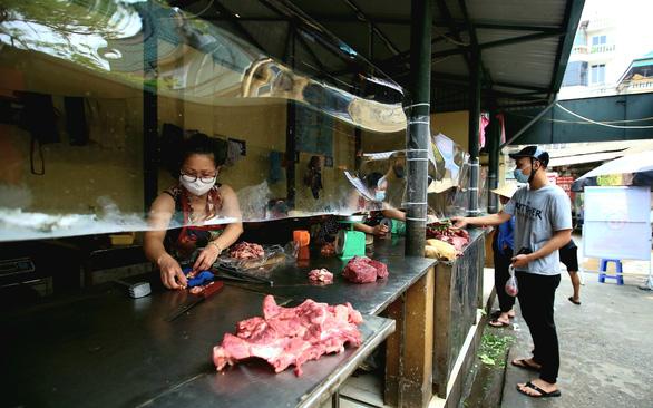 Chợ Hà Nội bắt đầu quây tấm chắn ni lông để bán hàng - Ảnh 7.
