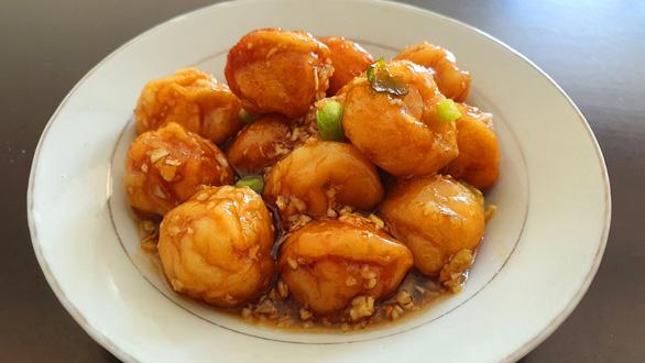 Cá viên xốt mắm tỏi siêu đưa cơm ăn kèm canh cà chua trứng: Đơn giản mà thèm - Ảnh 2.