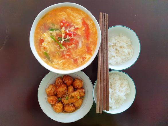 Cá viên xốt mắm tỏi siêu đưa cơm ăn kèm canh cà chua trứng: Đơn giản mà thèm - Ảnh 1.