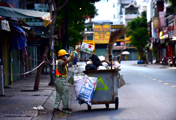 Đường phố vắng tanh, bắt đầu kiểm tra giấy tờ người đi đường sau 18h - Ảnh 4.