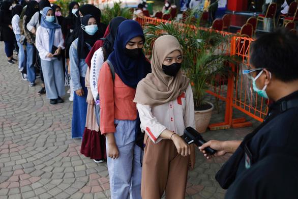Indonesia gia hạn nhưng nới lỏng các hạn chế phòng COVID-19 - Ảnh 1.