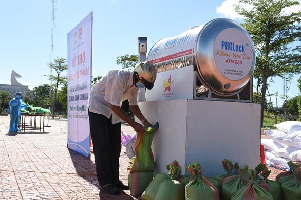 Mở 'cây ATM gạo' lưu động giúp người dân vùng dịch - Ảnh 1.