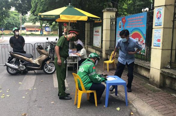 Hà Nội xử phạt hơn 1,5 tỉ đồng trong 3 ngày đầu giãn cách xã hội - Ảnh 1.