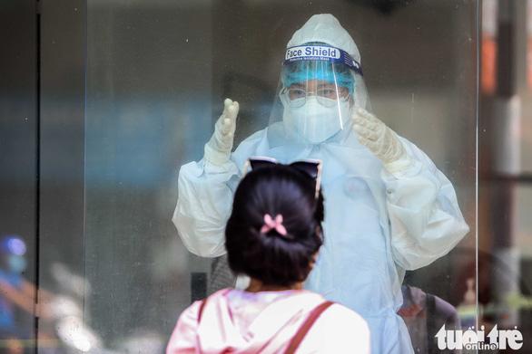 Bệnh viện Phổi Hà Nội cấp tốc xét nghiệm COVID-19 cho toàn bộ nhân viên - Ảnh 2.