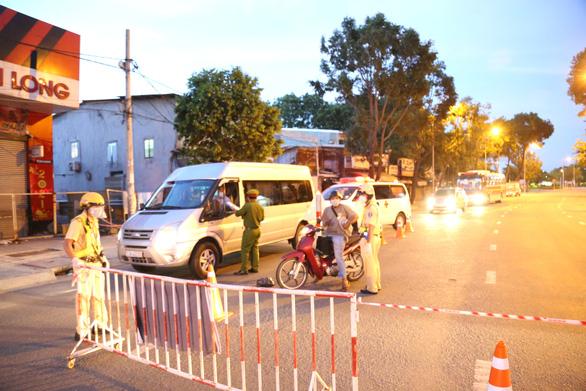 Đường phố vắng tanh, bắt đầu kiểm tra giấy tờ người đi đường sau 18h - Ảnh 5.