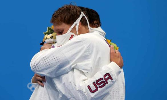 IOC cảnh báo các vận động viên ngừng ôm nhau để ngừa COVID-19 - Ảnh 1.