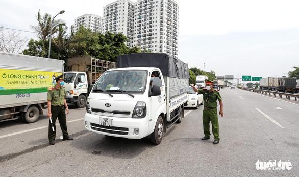Hà Nội mở tối đa luồng xanh, các xe được đi xuyên qua thủ đô mà không bị kiểm tra - Ảnh 2.