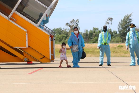 Máy bay đưa 240 người Huế từ TP.HCM về quê tránh dịch an toàn - Ảnh 4.