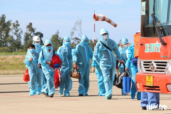Máy bay đưa 240 người Huế từ TP.HCM về quê tránh dịch an toàn - Ảnh 5.
