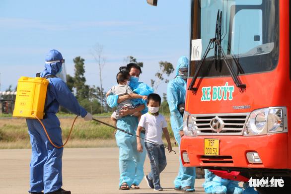 Máy bay đưa 240 người Huế từ TP.HCM về quê tránh dịch an toàn - Ảnh 6.
