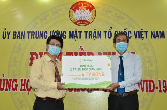 Vinasoy hỗ trợ tuyến đầu và cộng đồng một triệu sản phẩm sữa Fami - Ảnh 1.
