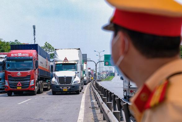 Lúng túng trong vận tải vì xác định hàng hóa thiết yếu - Ảnh 1.
