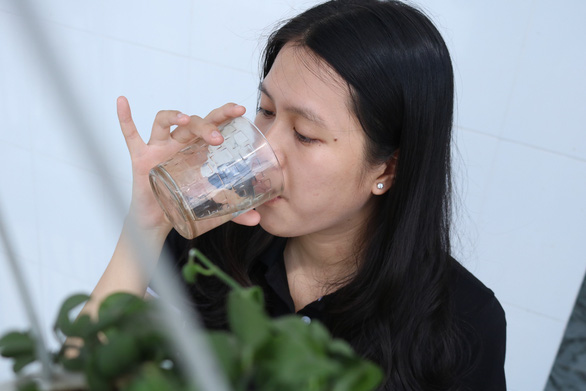 Khuyến cáo uống đúng, đủ nước với bệnh nhân COVID-19 - Ảnh 1.