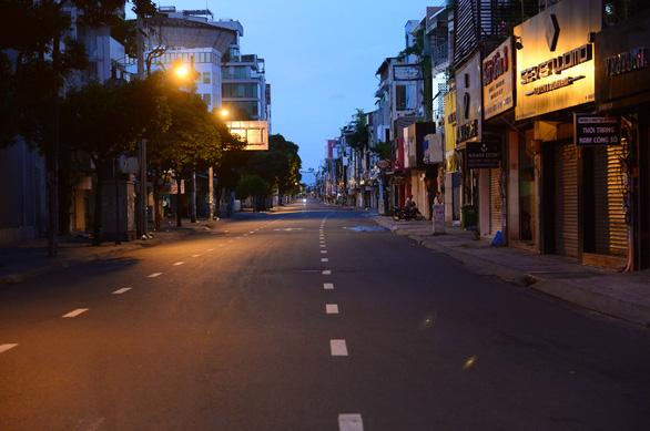 Đường phố vắng tanh, bắt đầu kiểm tra giấy tờ người đi đường sau 18h - Ảnh 1.
