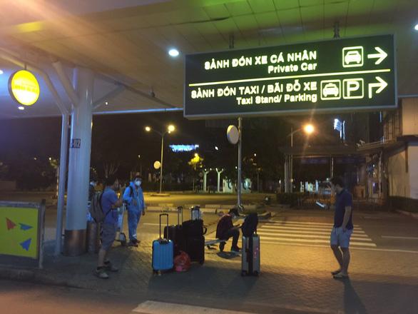 Đến Tân Sơn Nhất sau 18h, hành khách phải vạ vật ngủ qua đêm ở sân bay - Ảnh 1.