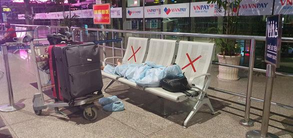 Đến Tân Sơn Nhất sau 18h, hành khách phải vạ vật ngủ qua đêm ở sân bay - Ảnh 5.