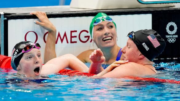 Kình ngư 17 tuổi của Mỹ gây sốc khi đánh bại đàn chị kỳ cựu và giành huy chương vàng - Ảnh 2.