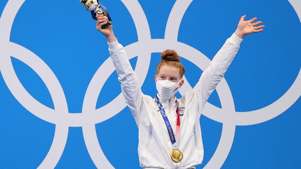 Kình ngư 17 tuổi của Mỹ gây sốc khi đánh bại đàn chị kỳ cựu và giành huy chương vàng - Ảnh 1.