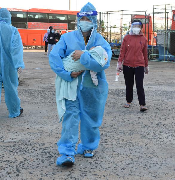 Phú Yên đón 344 người dân từ TP.HCM trở về - Ảnh 1.