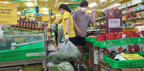 TP.HCM: Hàng chưa kịp lên kệ siêu thị, người mua đã xếp hàng chờ sẵn - Ảnh 3.