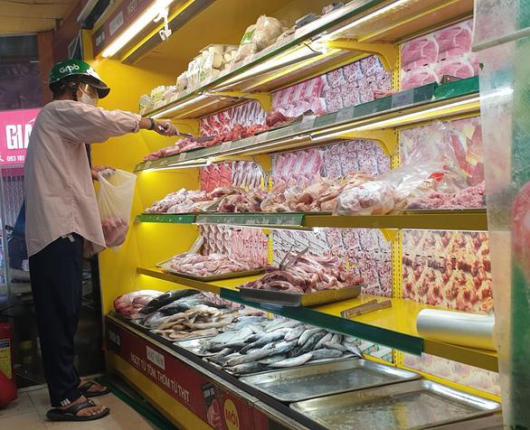 TP.HCM: Hàng chưa kịp lên kệ siêu thị, người mua đã xếp hàng chờ sẵn - Ảnh 4.