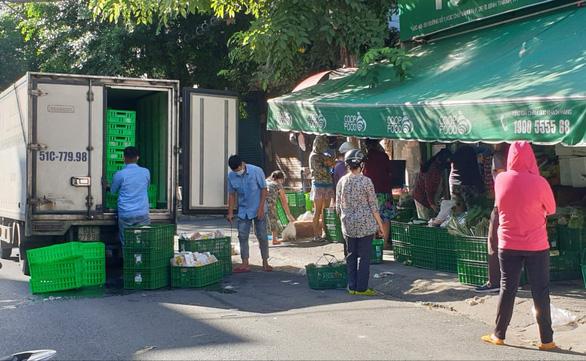 TP.HCM: Hàng chưa kịp lên kệ siêu thị, người mua đã xếp hàng chờ sẵn - Ảnh 5.