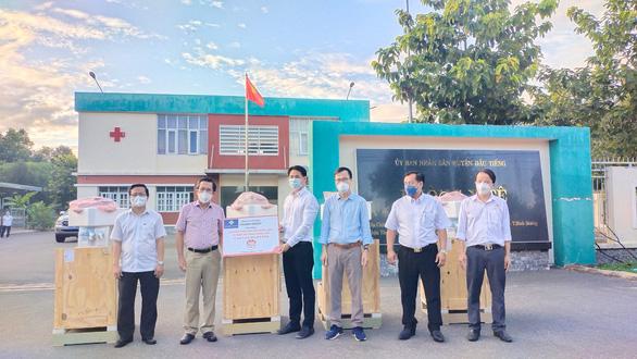 Trao gói thiết bị y tế 3,85 tỉ đồng cho huyện Dầu Tiếng chống dịch COVID-19 - Ảnh 1.