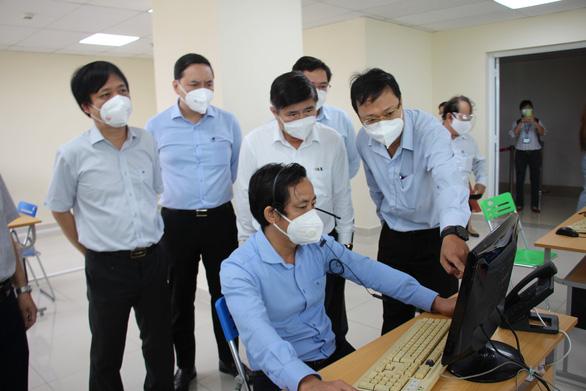 Chủ tịch UBND TP.HCM Nguyễn Thành Phong kiểm tra tại Trung tâm cấp cứu 115 - Ảnh 1.