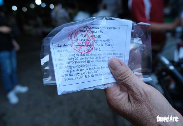 Người Hà Nội mang thẻ đi chợ mùa COVID-19 - Ảnh 2.