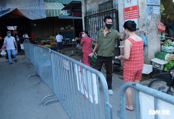 Người Hà Nội mang thẻ đi chợ mùa COVID-19 - Ảnh 1.