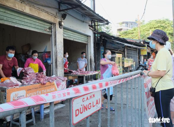 Người Hà Nội mang thẻ đi chợ mùa COVID-19 - Ảnh 4.