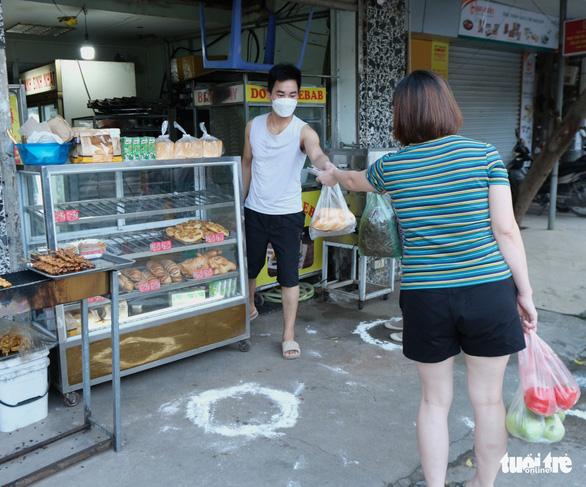 Người Hà Nội mang thẻ đi chợ mùa COVID-19 - Ảnh 5.