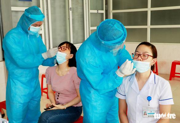 Hai nữ nhân viên bệnh viện mắc COVID-19, giãn cách một huyện ở Nghệ An - Ảnh 2.